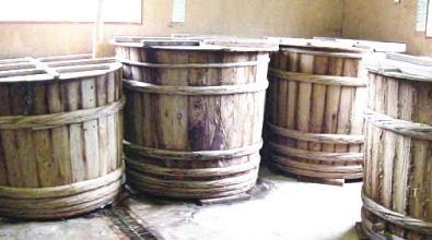 木の樽が熟成を助けてくれる